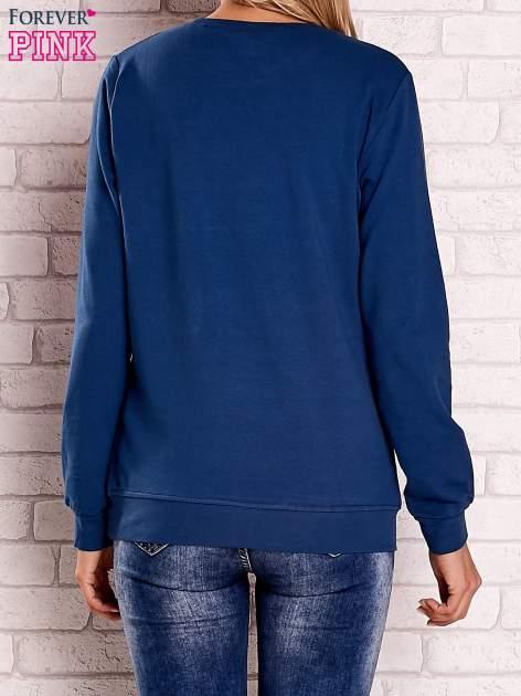 Ciemnoniebieska bluza z kolorowym nadrukiem                                  zdj.                                  4