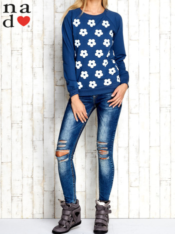 Ciemnoniebieska bluza z nadrukiem kwiatów                                  zdj.                                  4