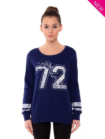 Ciemnoniebieska bluza z numerem w stylu collage