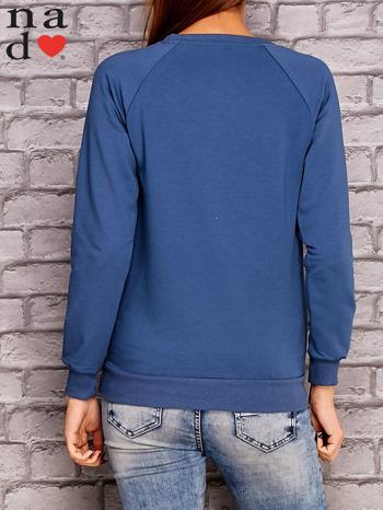 Ciemnoniebieska bluza z ornamentowym nadrukiem                                  zdj.                                  4