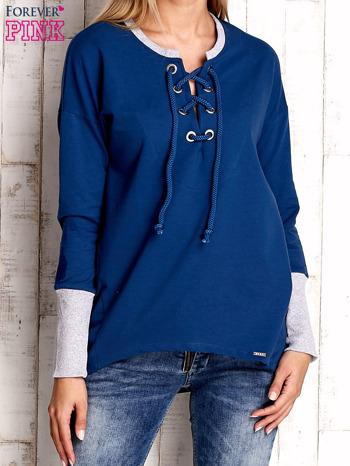 Ciemnoniebieska bluza z wiązaniem i szerokim ściągaczem                                  zdj.                                  1