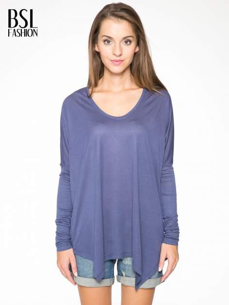 Ciemnoniebieska bluzka z asymetrycznym cięciem na dole
