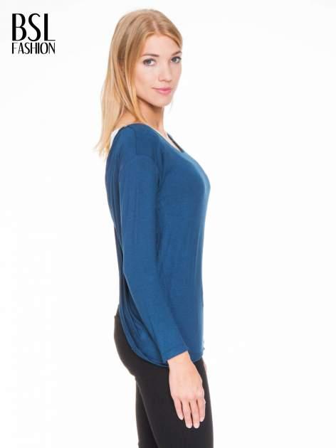 Ciemnoniebieska bluzka z kopertowym dekoltem na plecach                                  zdj.                                  3