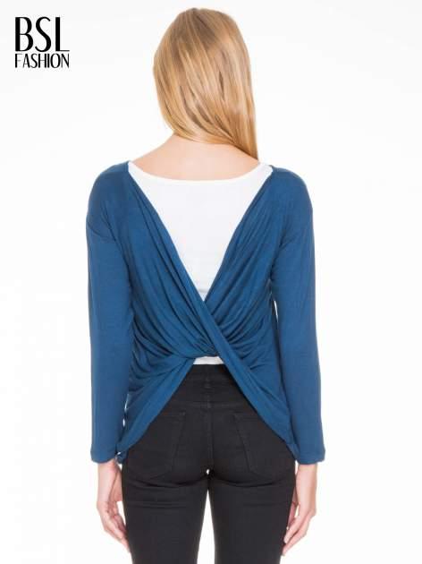 Ciemnoniebieska bluzka z kopertowym dekoltem na plecach                                  zdj.                                  4