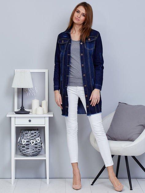 Ciemnoniebieska dłuższa kurtka jeansowa z wystrzępieniem na dole                              zdj.                              4