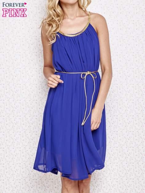 Ciemnoniebieska grecka sukienka ze złotym paskiem