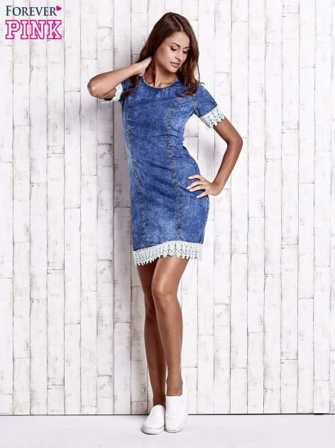 Ciemnoniebieska jeansowa sukienka z koronkowym wykończeniem                                  zdj.                                  2