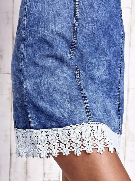 Ciemnoniebieska jeansowa sukienka z koronkowym wykończeniem                                  zdj.                                  6