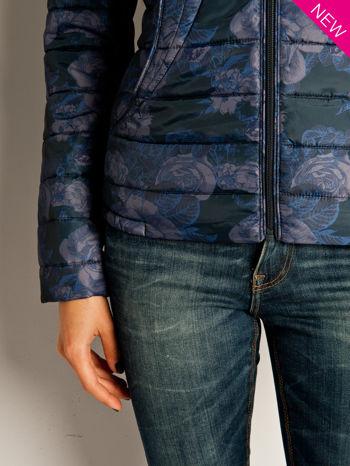 Ciemnoniebieska kurtka puchowa z motywem kwiatowym                                  zdj.                                  4