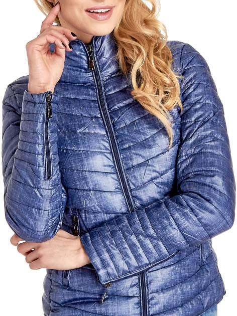 Ciemnoniebieska lekka kurtka puchowa z suwakami przy rękawach                                  zdj.                                  5