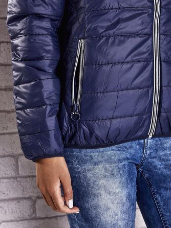 Ciemnoniebieska ocieplana kurtka z kontrastowym wykończeniem kaptura                                  zdj.                                  8