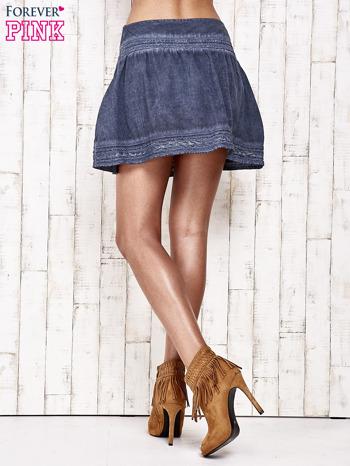 Ciemnoniebieska spódnica z efektem dekatyzowania                                  zdj.                                  3