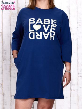 Ciemnoniebieska sukienka dresowa z napisem BABE PLUS SIZE