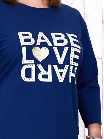 Ciemnoniebieska sukienka dresowa z napisem BABE PLUS SIZE                                  zdj.                                  3