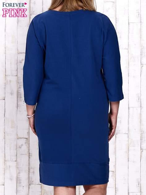 Ciemnoniebieska sukienka dresowa z sercem z dżetów PLUS SIZE                                  zdj.                                  2