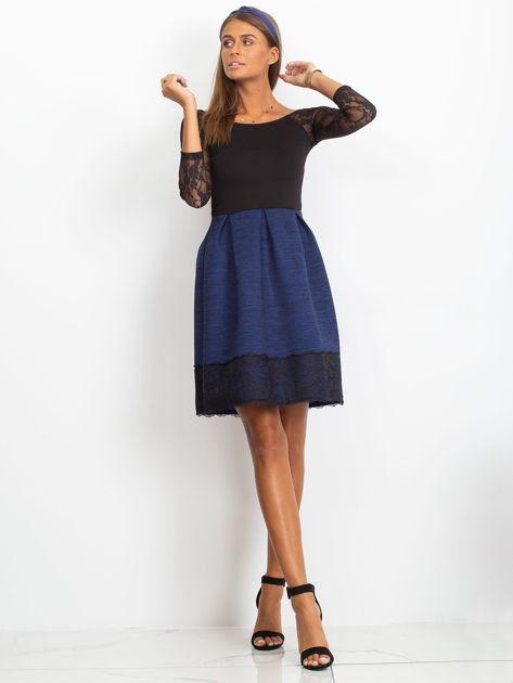 Ciemnoniebieska sukienka z koronkową lamówką                                  zdj.                                  4