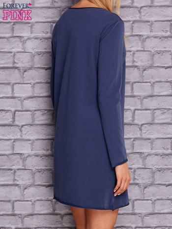 Ciemnoniebieska sukienka z ozdobną przypinką                                  zdj.                                  4