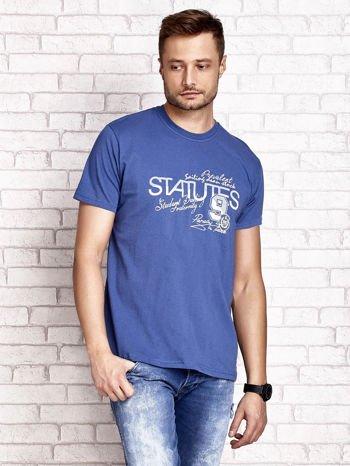 Ciemnoniebieski t-shirt męski z nadrukiem napisów i cyfrą 9                                  zdj.                                  1