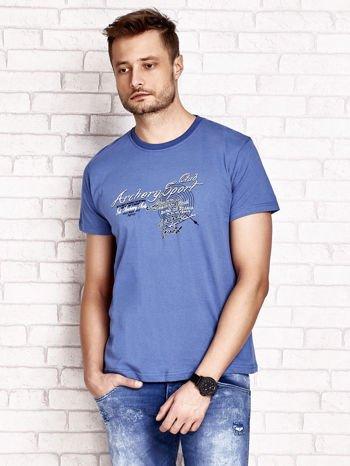 Ciemnoniebieski t-shirt męski ze sportowym nadrukiem i napisami                                  zdj.                                  1