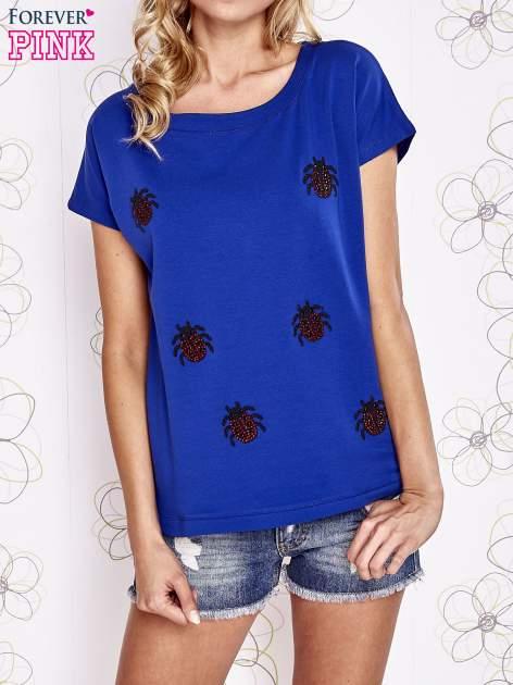 Ciemnoniebieski t-shirt z aplikacją owadów