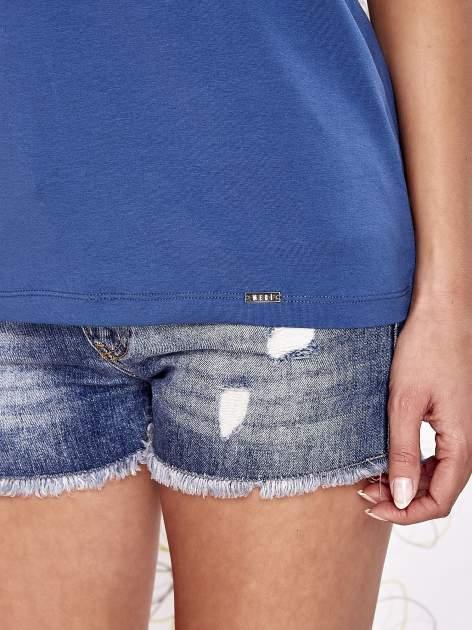 Ciemnoniebieski t-shirt z napisem JE T'AIME i dekoltem na plecach                                  zdj.                                  6