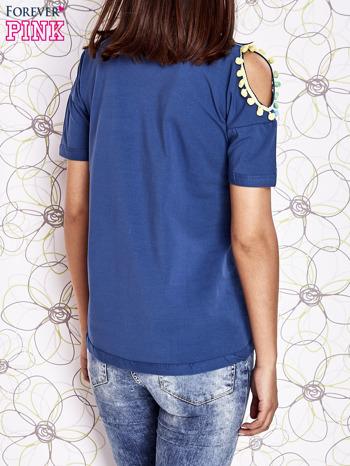 Ciemnoniebieski t-shirt z naszywką motyla i pomponikami                                  zdj.                                  2