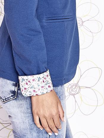 Ciemnoniebieski żakiet z kwiatowym wykończeniem rękawów                                  zdj.                                  7