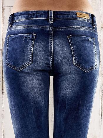 Ciemnoniebieskie jeansy rurki z przetarciami                                  zdj.                                  6