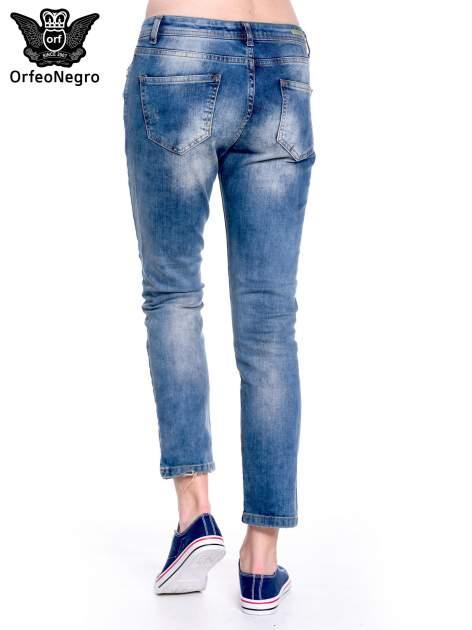 Ciemnoniebieskie spodnie girlfriend jeans z przetarciami                                  zdj.                                  6
