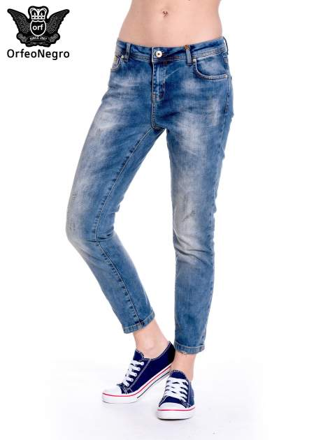 Ciemnoniebieskie spodnie girlfriend jeans z przetarciami