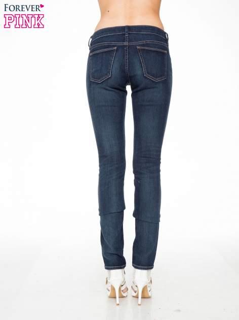 Ciemnoniebieskie spodnie jeansowe rurki                                   zdj.                                  4
