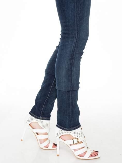 Ciemnoniebieskie spodnie jeansowe rurki                                   zdj.                                  8
