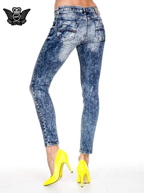 Ciemnoniebieskie spodnie jeansowe rurki marmurki z przetarciami                                  zdj.                                  7