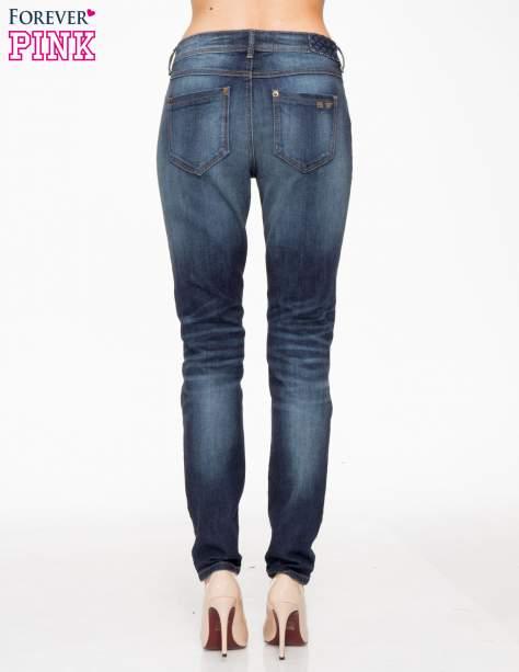 Ciemnoniebieskie spodnie jeansowe rurki z pikowanymi wstawkami                                  zdj.                                  4
