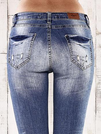 Ciemnoniebieskie spodnie jeansowe rurki z przetarciami i dziurami                                  zdj.                                  6