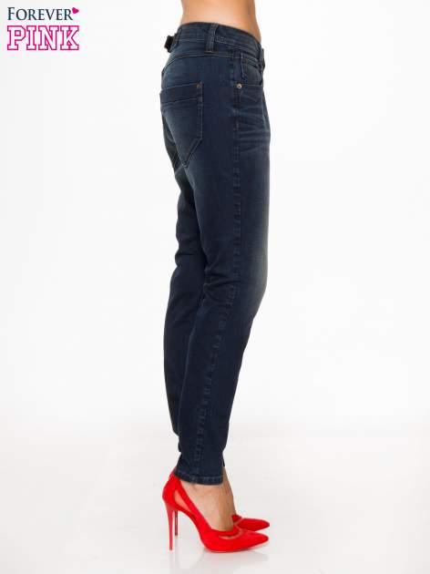 Ciemnoniebieskie spodnie jeansowe rurki z trójkątnymi kieszeniami tylnymi                                  zdj.                                  3