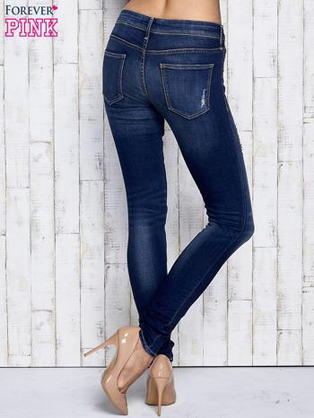 Ciemnoniebieskie spodnie jeansowe z przetarciami                                  zdj.                                  3