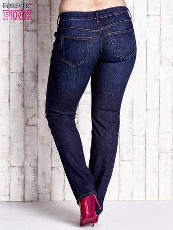 Ciemnoniebieskie spodnie jeansy z przetarciami PLUS SIZE                                  zdj.                                  3