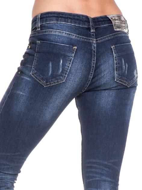 Ciemnoniebieskie spodnie skinny jeans z cieniowaniem i przetarciem                                  zdj.                                  7