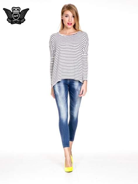 Ciemnoniebieskie spodnie skinny jeans z przecieraną nogawką z przodu                                  zdj.                                  2
