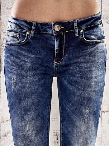 Ciemnoniebieskie spodnie skinny jeans z przetarciami                                  zdj.                                  4