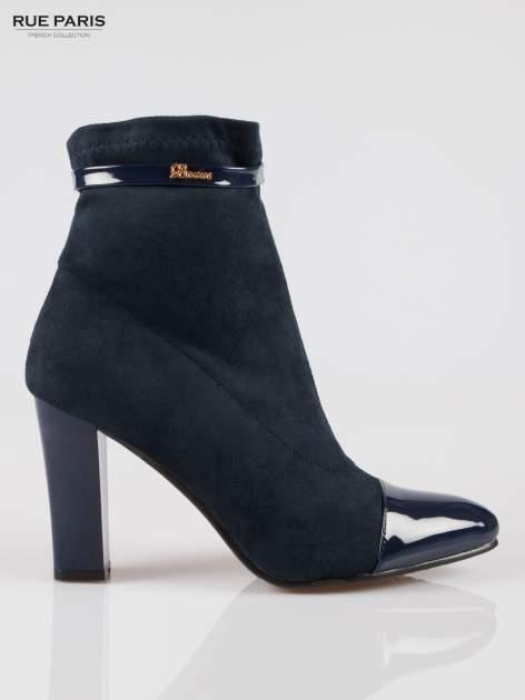 Ciemnoniebieskie zamszowe botki z lakierowanym noskiem w szpic w stylu Chanel                                  zdj.                                  1