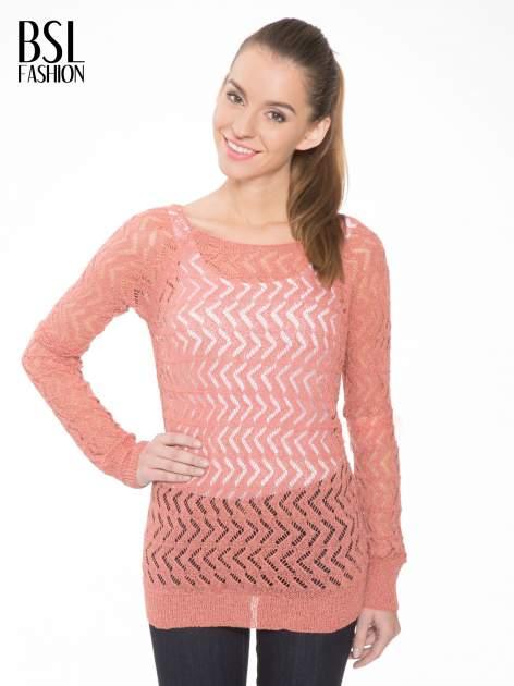 Ciemnoróżowy ażurowy dłuższy sweter                                  zdj.                                  1