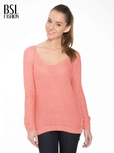 Ciemnoróżowy sweter o ozdobnym ściegu z dekoltem w serek