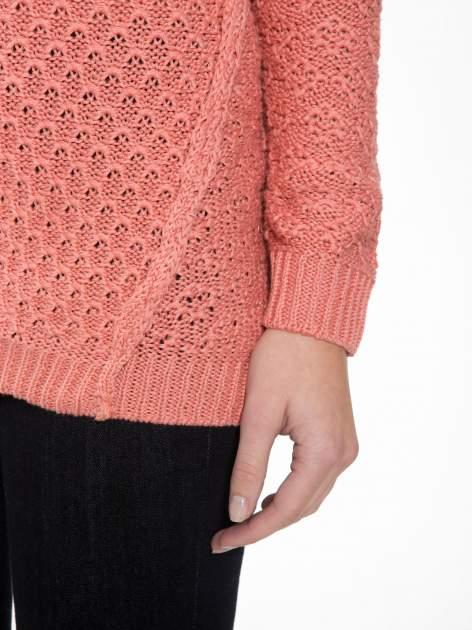 Ciemnoróżowy sweter o ozdobnym ściegu z dekoltem w serek                                   zdj.                                  6