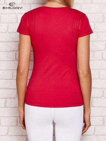 Ciemnoróżowy t-shirt z graficznym nadrukiem
