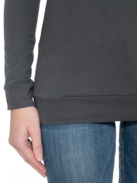 Ciemnoszara bawełniana bluzka z rękawami typu reglan                                  zdj.                                  5