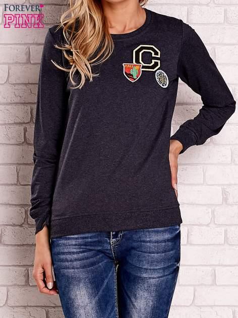 Ciemnoszara bluza z kolorowymi naszywkami