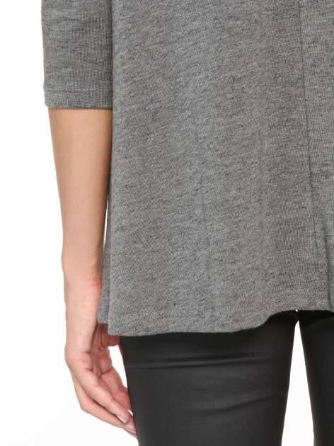Ciemnoszara bluzka o rozkloszowanym kroju z rękawami 3/4                                  zdj.                                  10