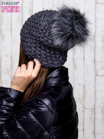 Ciemnoszara czapka o grubym splocie z pomponem                                  zdj.                                  3